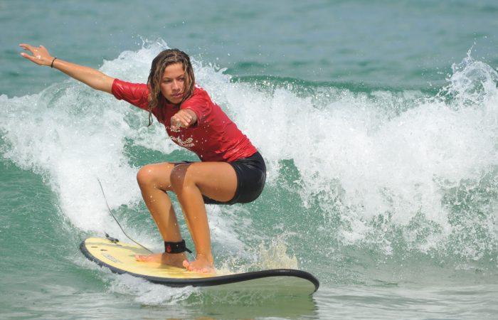 première vague surfée à capbreton pour une élève de l'école Capsurf